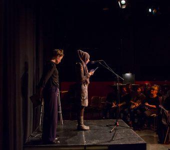Rasha Alqasim och Ylva Gripfelt, som växelläste dikterna i svensk översättning.