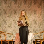 Vera Smith Jonsson läser sitt vinnande bidrag. Foto: Jarmo Värynen