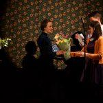 Nora Holand tar emot diplom och blommor. Foto: Jarmo Väyrynen